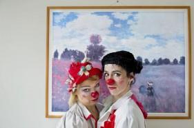 Nez rouges, blouses blanches
